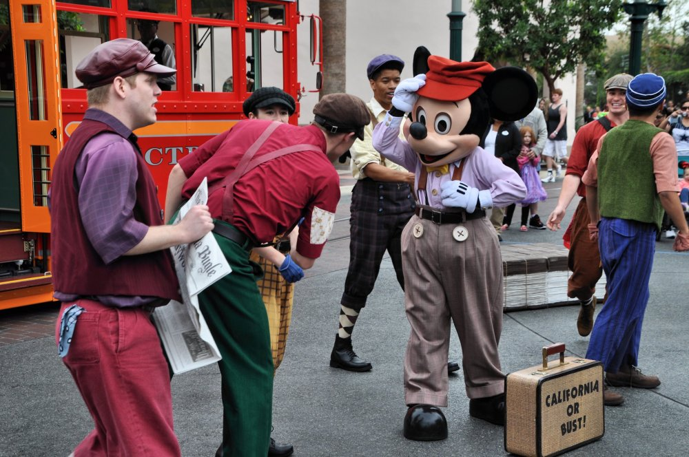 Mickey joins a group of paperboys to talk about the headlines and about Walt's dream of going to California to make it big.