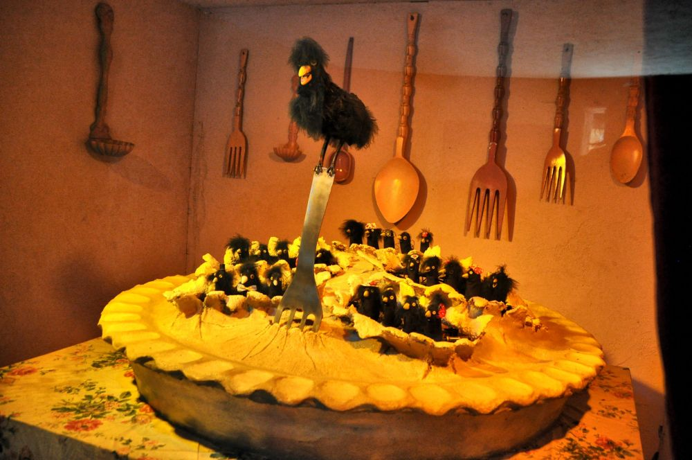 Four and twenty blackbirds, baked in a pie. When the pie was opened, the birds began to sing.